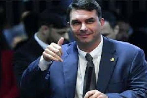 """Flávio Bolsonaro critica Maia e Huck por atacarem o presidente e diz """"Não vejo a hora de chegar 2022 para atropelar ambos!"""""""