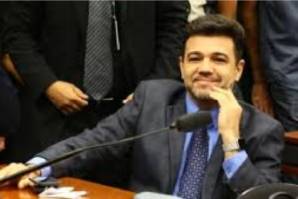 "Marco Feliciano debocha da suposta candidatura de Huck para 2026 e diz ""Arregaram!"""