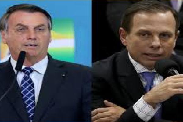 """Carlos Bolsonaro anuncia feitos do presidente na pandemia e diz """"A diferença entre um homem e um oportunista"""""""