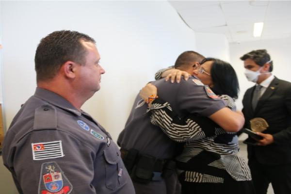 """Ministra Damares homenageia policiais que resgataram menino preso em barril e diz """"Nem todos os anjos tem asas, alguns tem uniforme!"""""""